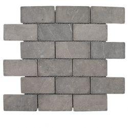 Produits naturels, ces mosaïquesen marbres gris foncé , sont montées sur une trame souple...