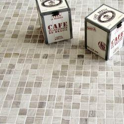 Produits naturels, ces mosaïques en marbres carrés gris nuageux , sont montées sur une trame...